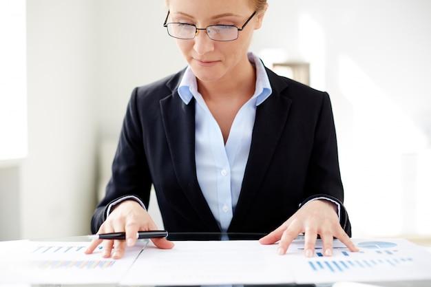 Vrouwelijke uitvoerende het vergelijken van statistieken