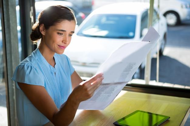 Vrouwelijke uitvoerende macht die documenten bekijkt