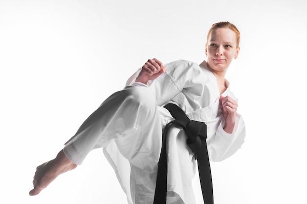 Vrouwelijke vechter die dicht omhoog uitoefent