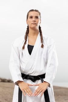 Vrouwelijke vechter in vechtsportenkostuum