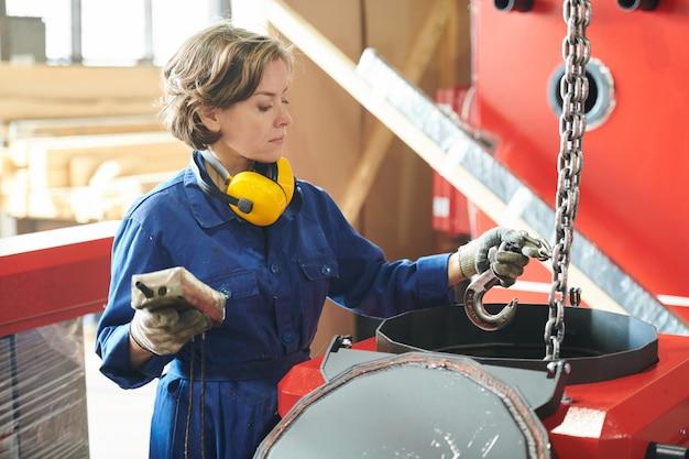 Vrouwelijke verhuizer die bij installatie werkt