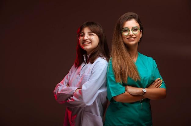 Vrouwelijke verpleegster en arts zien er professioneel uit.