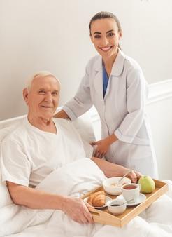 Vrouwelijke verpleegster en een oude man