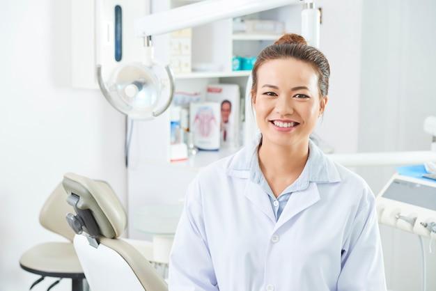 Vrouwelijke verpleegster in de tandheelkundige kliniek