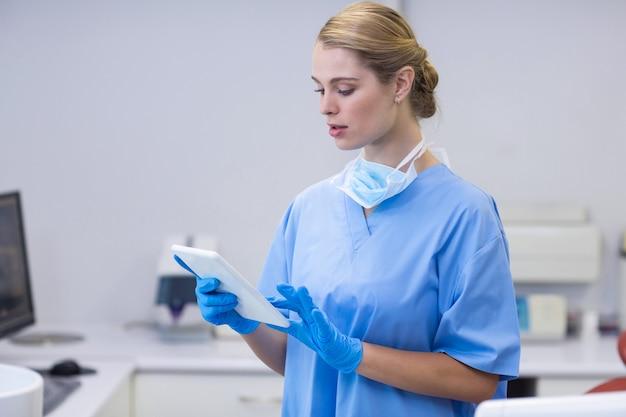 Vrouwelijke verpleegster met behulp van digitale tablet