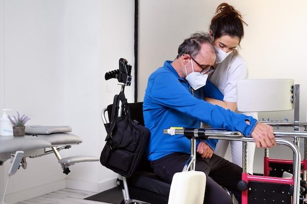 Vrouwelijke verpleegster verzorger, patiënt hand vasthouden, gehandicapte patiënt zitten op rolstoel in ziekenhuis, jonge dokter verzorger helpen verlamde patiënt.