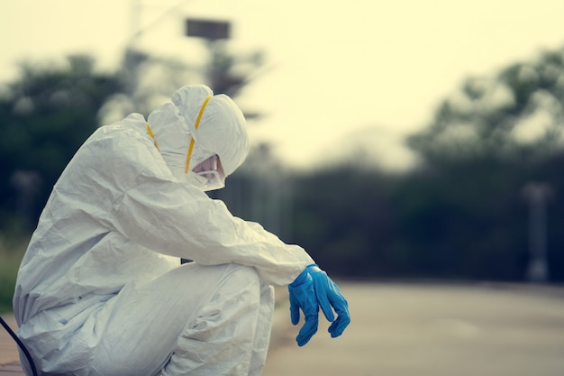Vrouwelijke viroloog, die pbm draagt. ze voelt zich hopeloos en moe.