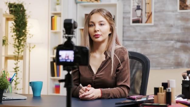 Vrouwelijke visagiste die een vlog opneemt over het gebruik van de juiste cosmetica. beroemde beïnvloeder.