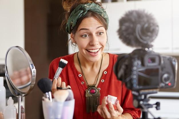 Vrouwelijke vlogger die een make-upvideo filmt