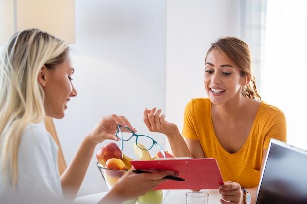 Vrouwelijke voedingsdeskundige die overleg geeft aan patiënt