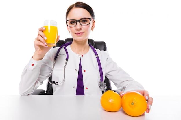 Vrouwelijke voedingsdeskundigezitting in haar werkende plaats het tonen