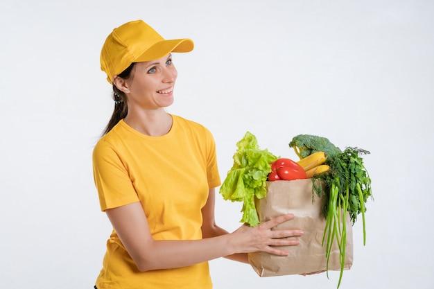Vrouwelijke voedsel bezorger met voedselpakket