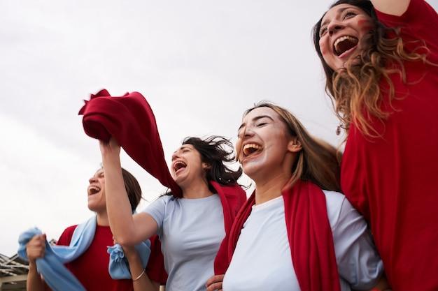 Vrouwelijke voetbalfans die selfies maken tijdens de voetbalwedstrijd