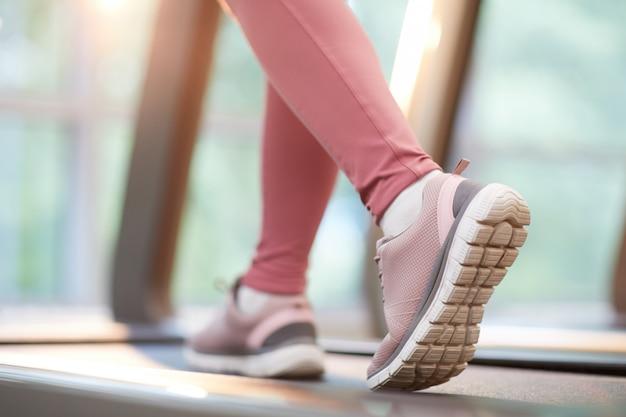Vrouwelijke voeten lopen op de loopband