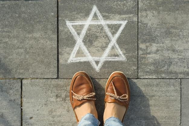 Vrouwelijke voeten met abstract beeld van zespuntige ster