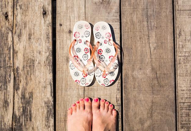 Vrouwelijke voeten met slippers