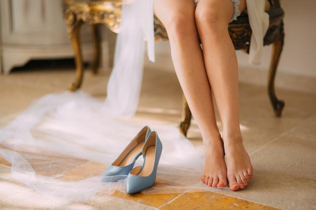 Vrouwelijke voeten op een stenen vloer