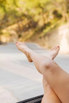 Vrouwelijke voeten uit machineroost