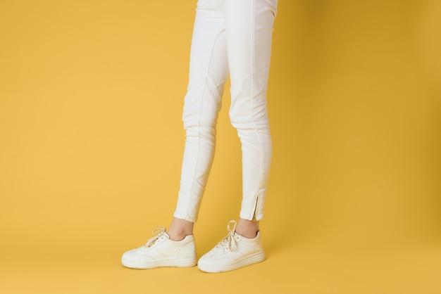 Vrouwelijke voeten witte sneakers