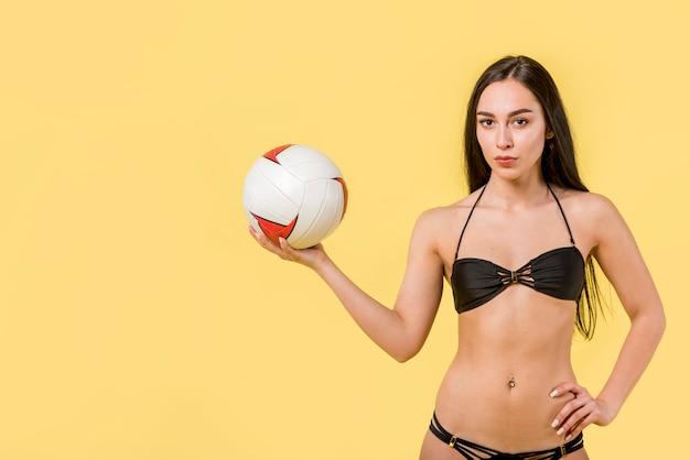 Vrouwelijke volleyballer in bikini