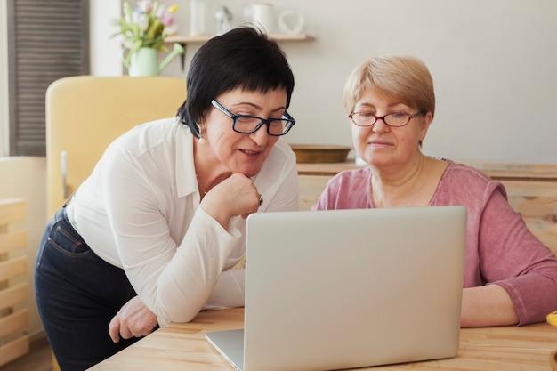Vrouwelijke volwassenen die op internet surfen