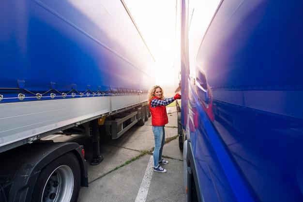 Vrouwelijke vrachtwagenchauffeur die canvaszeil verwijdert om de vrachtwagen klaar te maken voor het lossen.