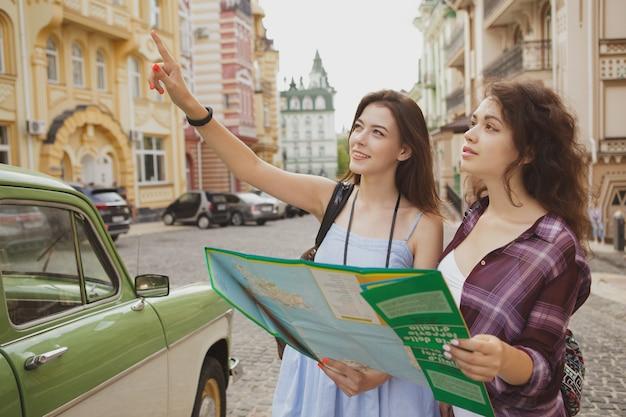 Vrouwelijke vrienden die samen reizen, sightseeing in de stad