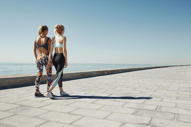 Vrouwelijke vrienden die sportkleding dragen