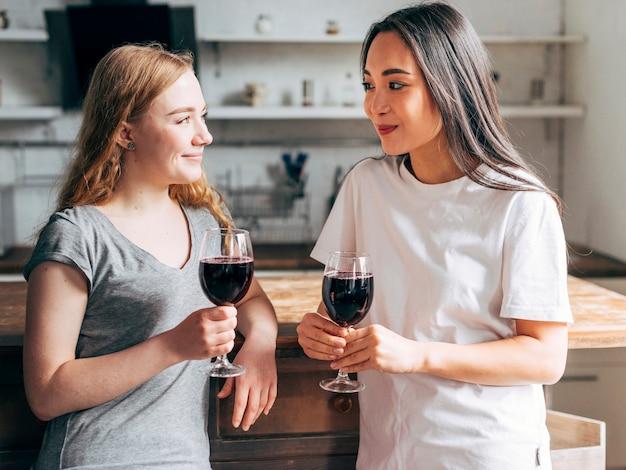 Vrouwelijke vrienden die wijn drinken
