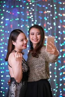 Vrouwelijke vrienden nemen selfie