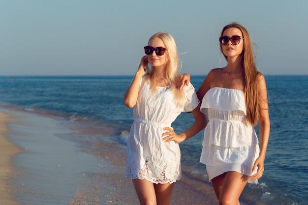 Vrouwelijke vrienden op vakantie