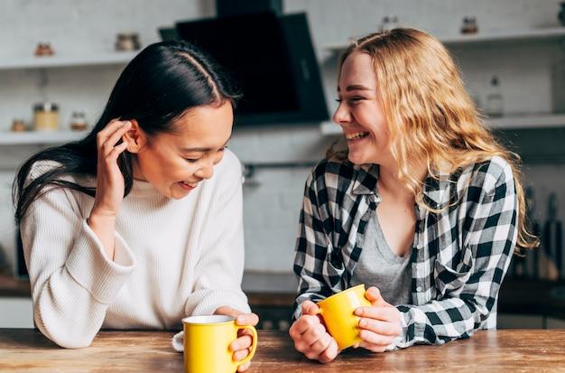 Vrouwelijke vrienden praten en lachen
