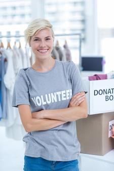 Vrouwelijke vrijwilliger met gekruiste armen