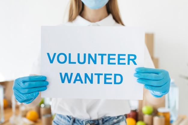 Vrouwelijke vrijwilliger met papier met informatie