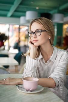 Vrouwelijke vrouw winkel alleen dagdromen