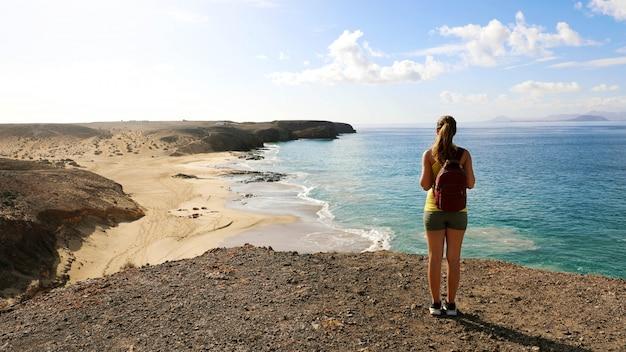 Vrouwelijke wandelaar die van mening van de stranden van playas de papagayo in lanz geniet