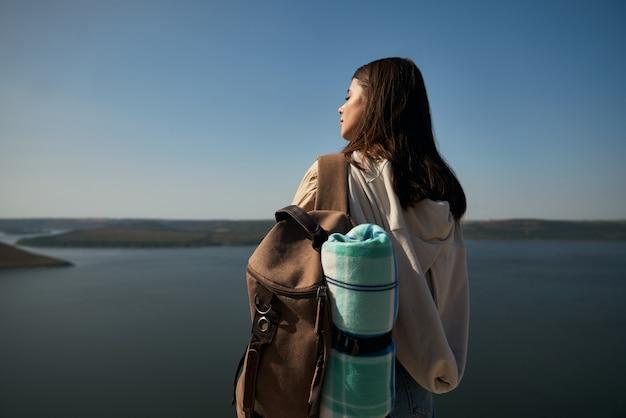 Vrouwelijke wandelaar die van zonnig weer geniet bij bakota-gebied