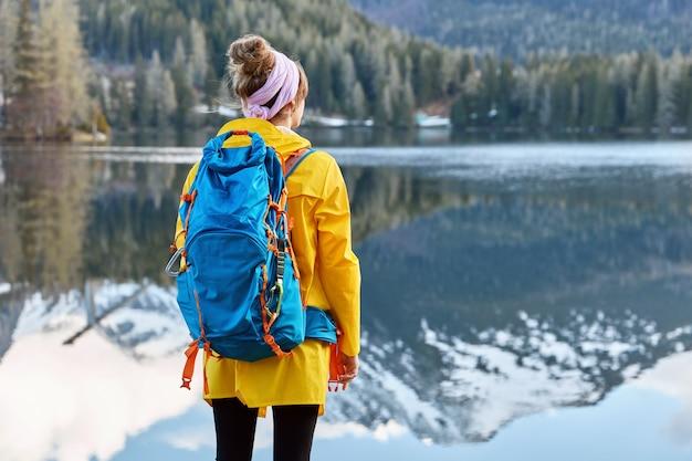Vrouwelijke wandelaar draagt sjaal op hoofd
