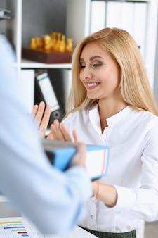 Vrouwelijke werknemer die pak documenten toont