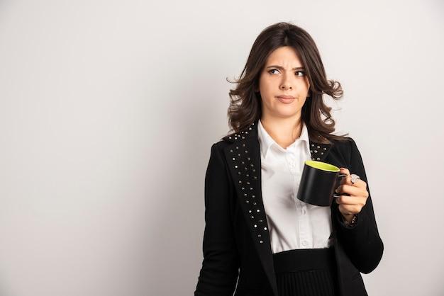 Vrouwelijke werknemer staat met gekke uitdrukking