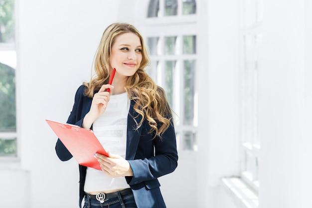 Vrouwelijke werknemer tegen kantoor