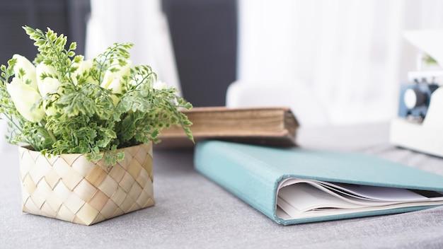 Vrouwelijke werkruimte met bloemenboeket op wit oppervlak. dames bureau. Premium Foto