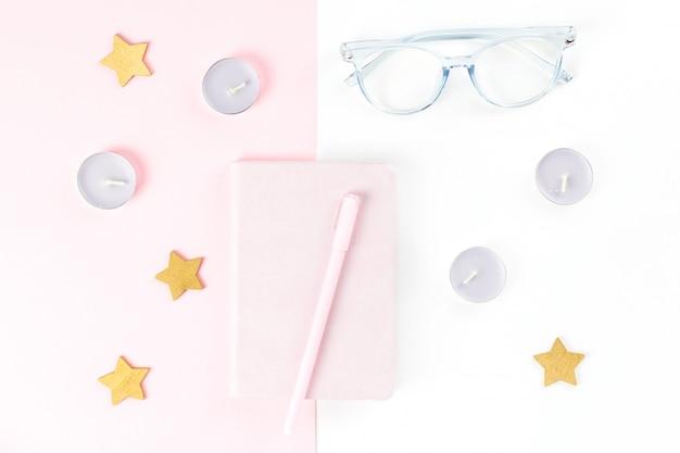 Vrouwelijke werkruimte met planner, brillen, kaarsen