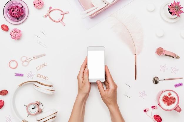 Vrouwelijke werkruimte voor het maken van mobiel webdesign