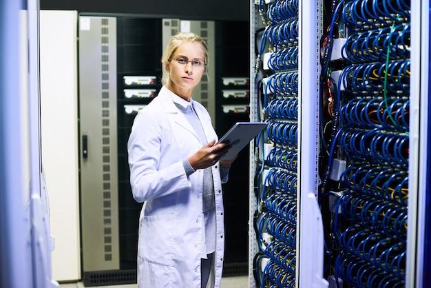 Vrouwelijke wetenschapper in datacenter