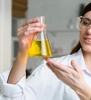 Vrouwelijke wetenschapper reageerbuis houden