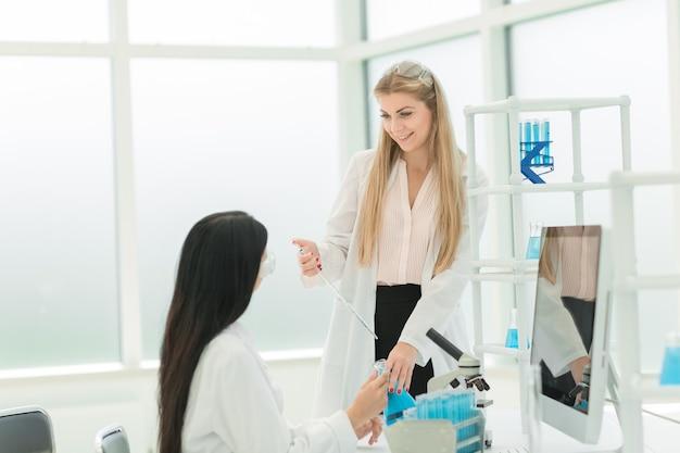 Vrouwelijke wetenschappers die onderzoek doen in het laboratorium. wetenschap en gezondheid