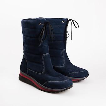 Vrouwelijke winter schoenen over wit
