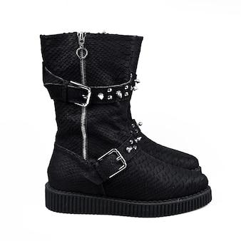 Vrouwelijke winter zwarte laarzen over wit