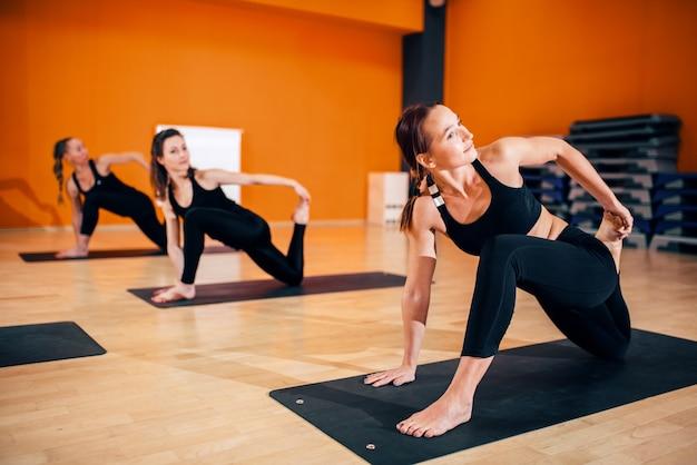 Vrouwelijke yogagroep, training met instructeur